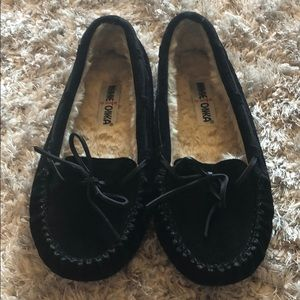 MINNETONKA Black Cally Moccasin Slippers - Size 8